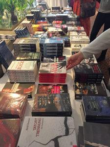 Criminale Büchertisch mit Krimis