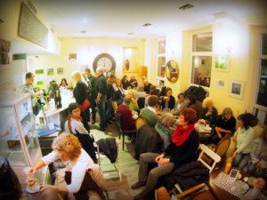 Publikum im Café