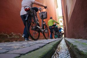 Gasse in Freiburg mit Bächle und Rädern