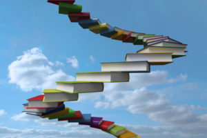 Ein Bücherstapel, der bis zum Himmel führt