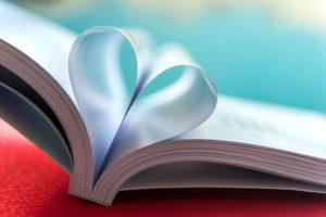 Buch mit Seiten, die zum Herz geformt sind